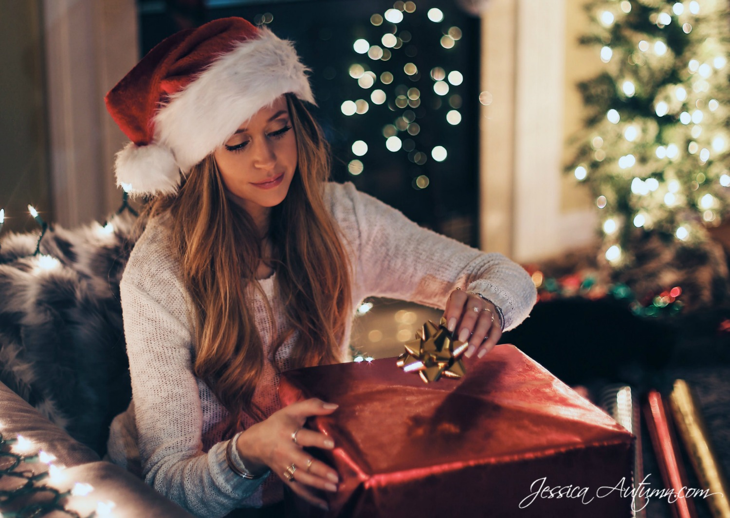 10 Awesome Gifts For Her On Any Budget {$10-$100}. Searching for presents for women can be difficult. Whether you're shopping for your mother, girlfriend or wife, daughter or friend any item on this list is sure to put a smile on her face.
